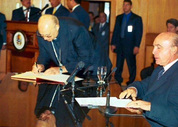 Le cardinal Velazco signe l'acte d'autoproclamation du gouvernement Carmona (12 avril 2002)