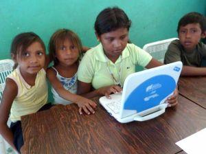 Enfants Pumé avec leur ordinateur Canaima