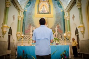 Capriles devant la Virgen del Valle, Margarita, Venezuela