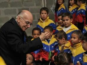 José Antonio Abreu et des enfants du Sistema